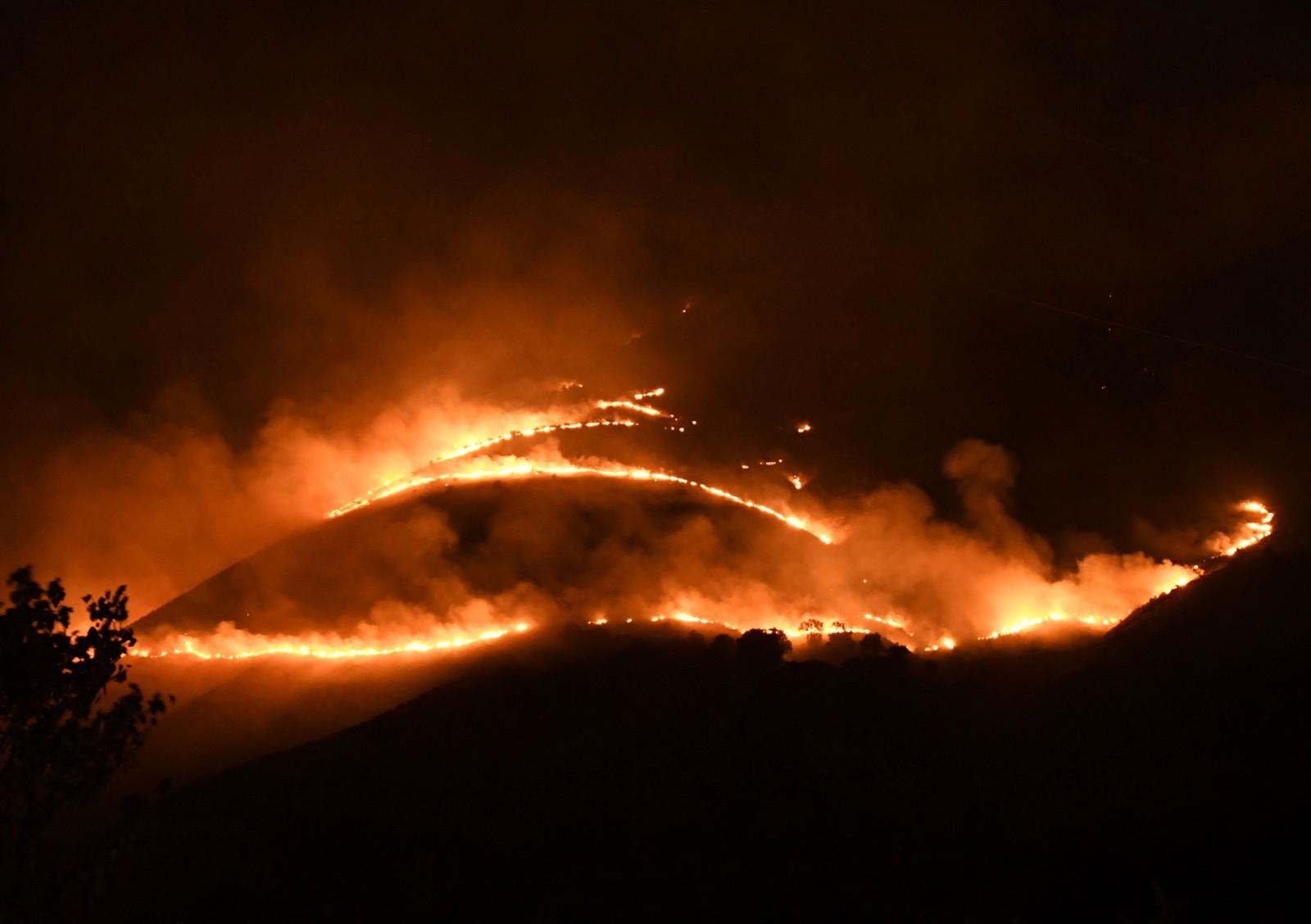 Skogbrannen som herjer nær Sarande i Muzina-fjellene sør i Albania skaper et dramatisk skue. Hetebølgen på Balkan og i Italia har ført til temperaturer på over 40 grader og har fått kallenavnet «Lucifer».