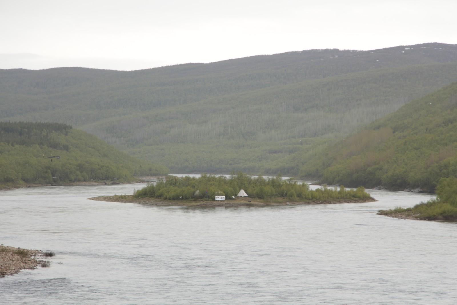 De som kaster et blikk til sørover, altså til høyre når man kjører over Samelandsbrua og krysser riksgrensa fra norsk til finsk side, vil kunne spotte protestleiren i det fjerne.