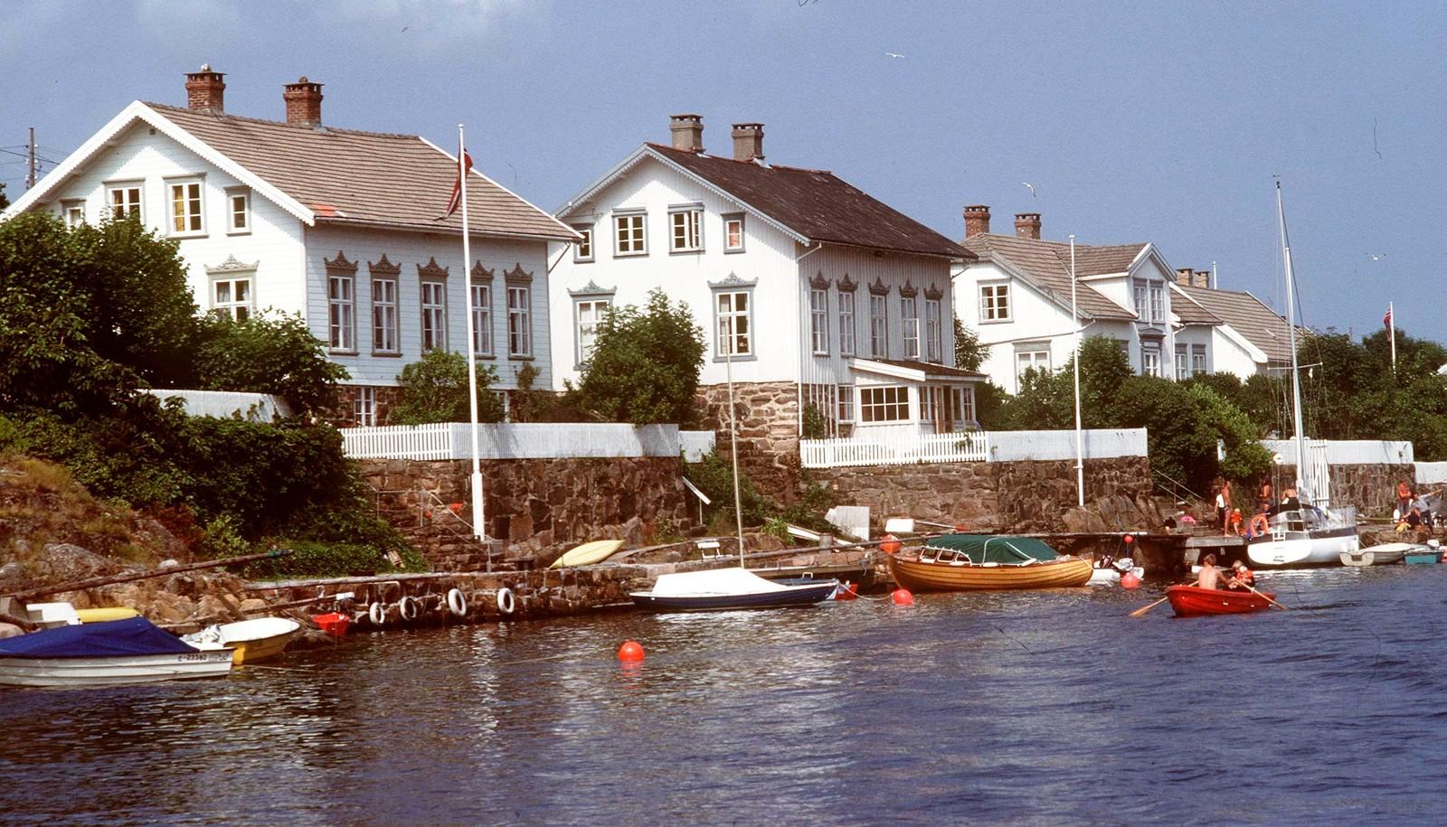 Lyngør sommer Lyngør ligger ut mot havet, omtrent midt mellom Risør og Tvedestrand. Stedet består av fire øyer, og et utall holmer. Storgata i Lyngør er 50 meter bred, og er kun mulig å krysse ved hjelp av båt eller svømmetak. Lyngør ble i 1991 kåret til Europas best bevarte tettsted av Europakommisjonen.