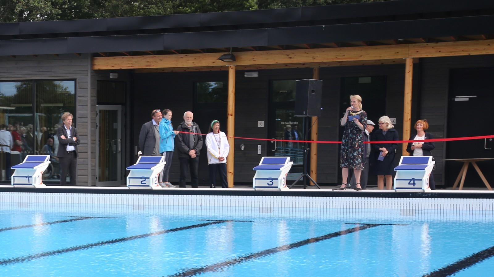 Ordfører Christine Sagen Helgø (H) åpnet svømmeanlegget.