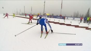 Noen tråkket på Petter Northug sin stav under dagens NM renn. han måtte derfor snu å plukke den opp.