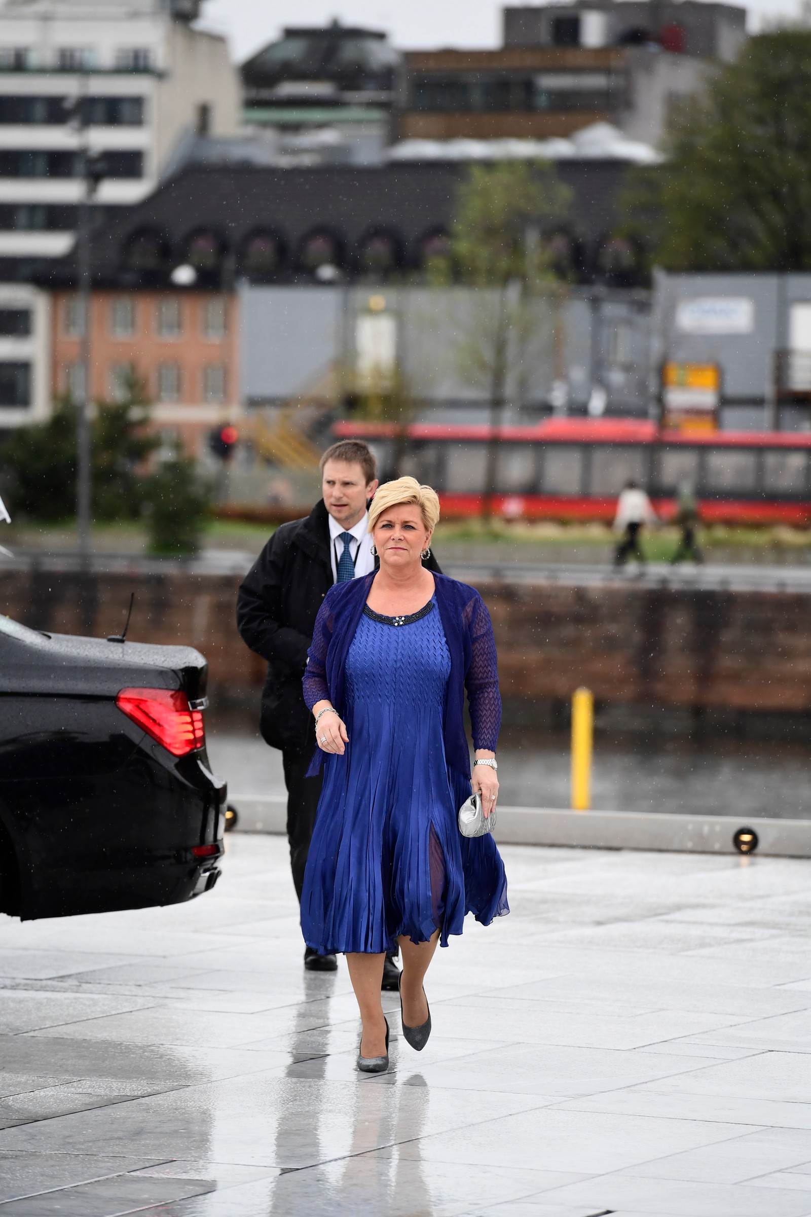Finansminister Siv Jensen ankommer festmiddagen i Operaen i anledning kongeparets 80-årsfeiring.