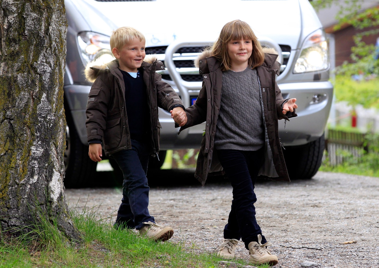 BROR OG SYSTER: Kronprinsbarna passer kvarandre under kulturarrangement på Lom i 2011. Dei veks opp i roller ingen andre barn i Norge har.