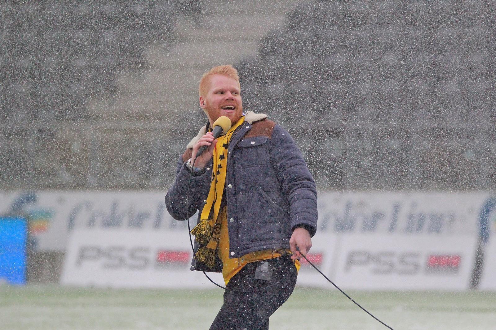 Artist Pål Rake sang Start-hymnen i snøværet før kamp.