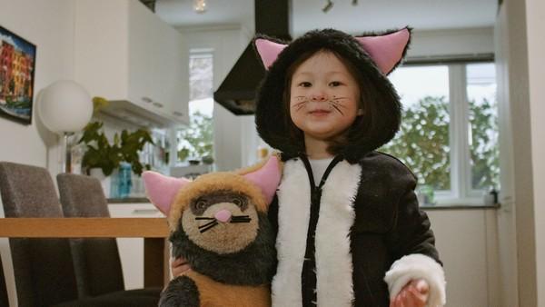 Norsk dramaserie. Kattemorgen. Jenny våkner mye tidligere enn resten av familien. Hva kan hun finne på så tidlig på morgenen tro?