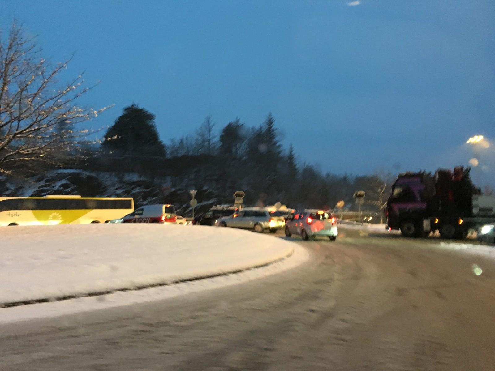 I rundkjøringen på Hop står køen i alle retninger på vei inn mot Hops- og Nesttuntunnelen. Køen på Fritz C. Riebers veg står til Krambua.