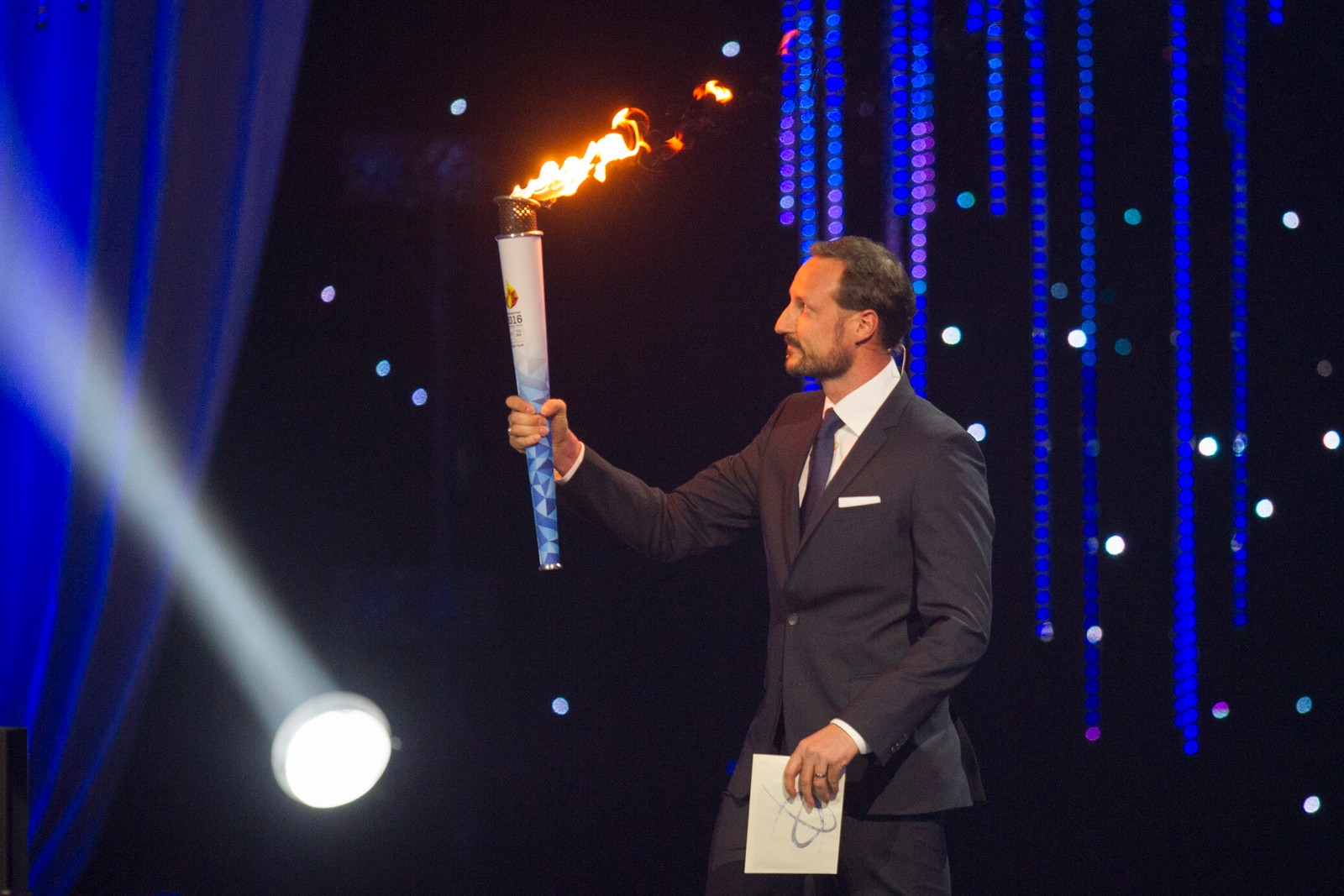 Kronprins Haakon med OL-ilden under Idrettsgallaen.