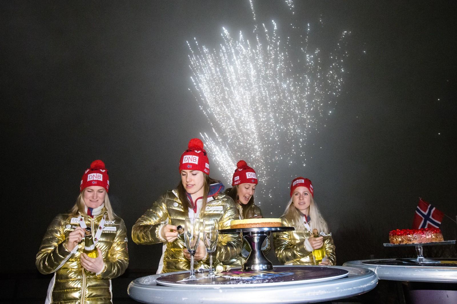 Marte Olsbu (t.v.), Synnøve Solemdal, Fanny Horn Birkeland og Tiril Eckhoff under markeringen av Norges gull på stafetten i VM i skiskyting i Holmenkollen fredag kveld.