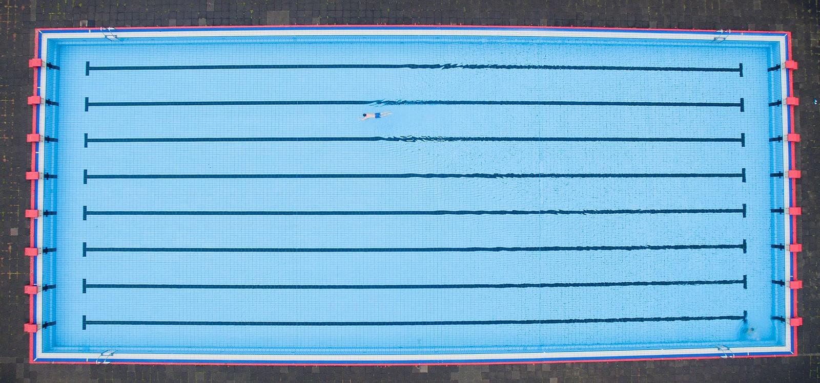 Trosser det skuffende sommerværet. En ensom gjest ved det offentlige bassenget Volksbad Limmer i Hanover i Tyskland den 15. juli. Det var overskyet og rundt 15 grader da bildet ble tatt.