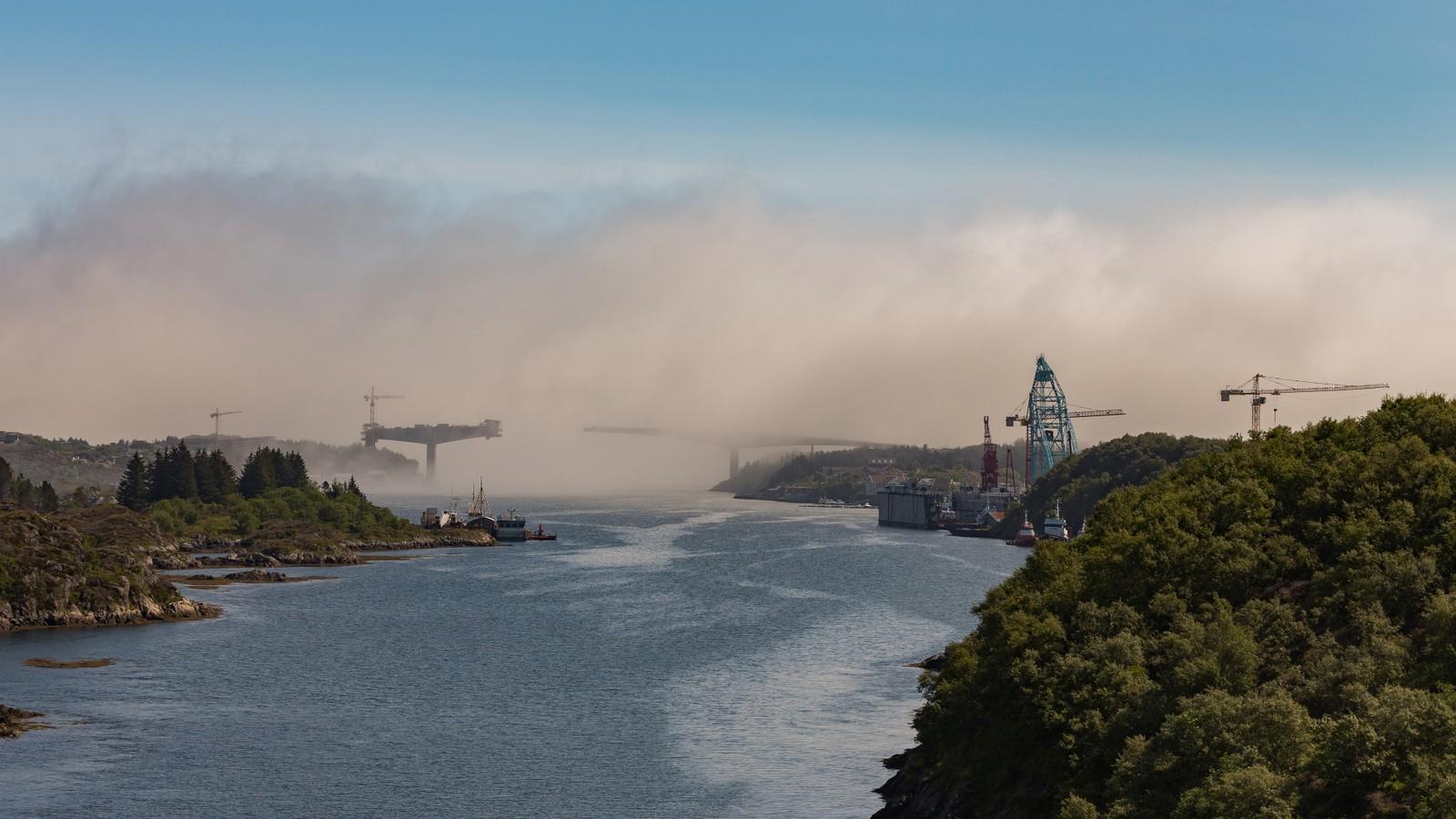 Nybrua over Dolmsundet i havtåke