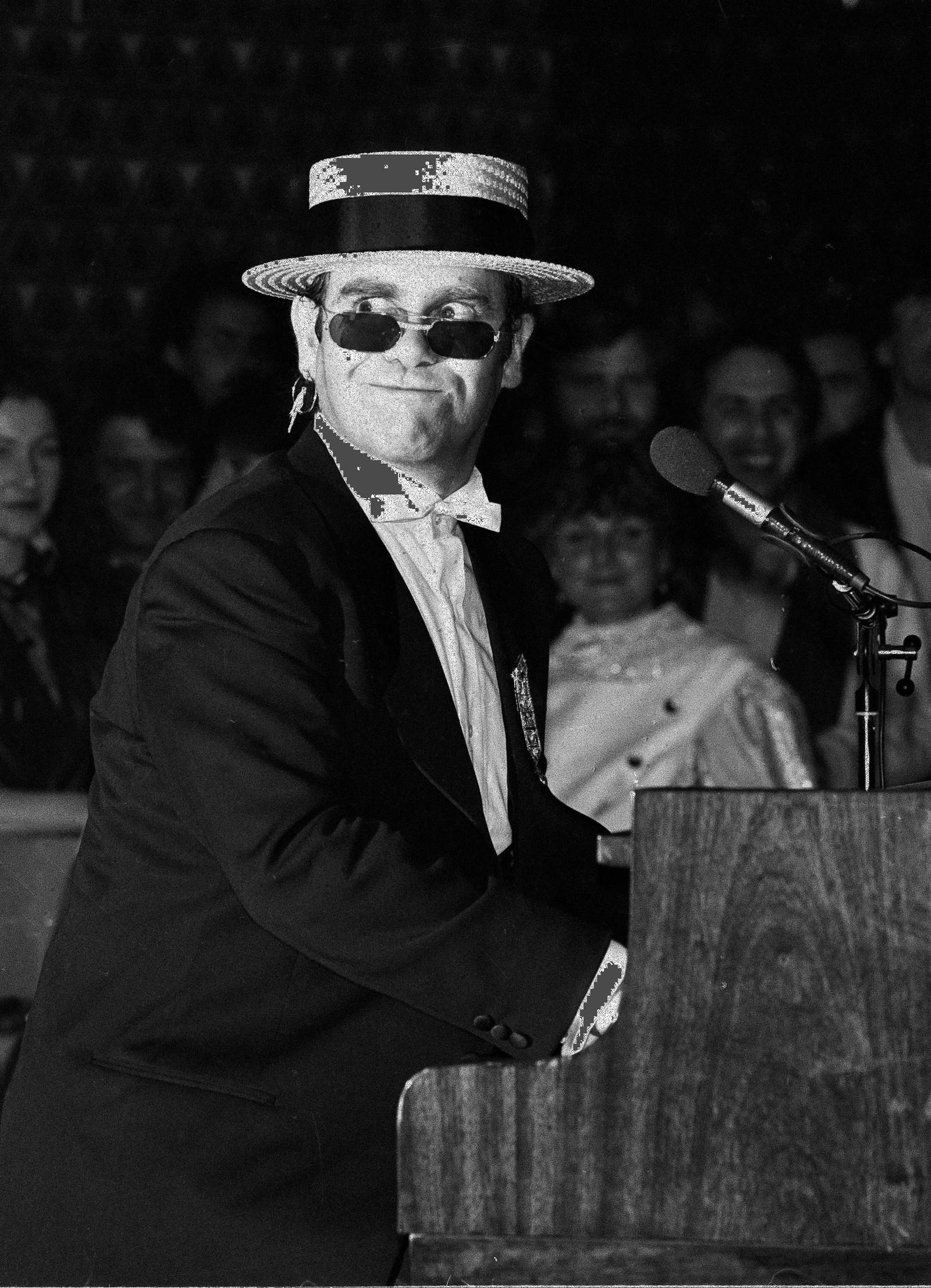 1983: Elton John opptrer med verdens mest eksklusive briller under ein lanseringskonsert for det luksuriøse franske merket Cartier i Monastir, Tunisia, 30. mars. Brillene, som består av 22 karat gull og er dekorert med diamanter, var verdsatt til $13,700 amerikanske dollar. Elton John eig meir enn 1000 par med briller.