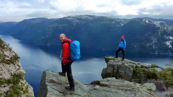 - UNNABAKKE: Turen ned til Lysefjorden går via Hengjanenibbå, Preikestolen i miniatyr. - Foto: Torgrunn Skrudland