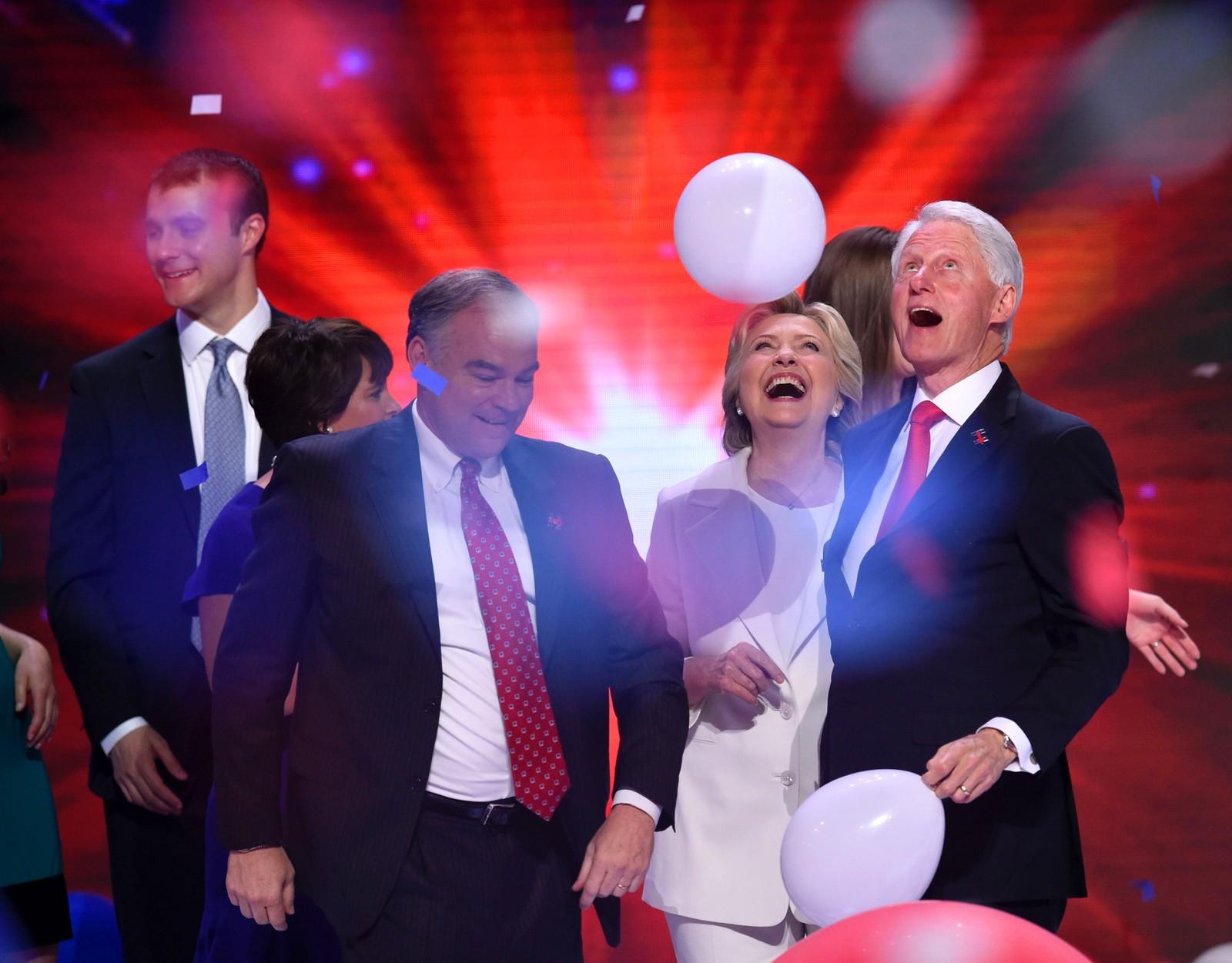 Så moro er det å bli presidentkandidat for demokratene. Hillary Clinton feirer med mannen, og tidligere president, Bill Clinton. Foran ser vi visepresidentkandidat Tim Kaine, og helt til venstre svigersønn Marc Mezvinskyl. Bildet er tatt 28. juli i Philadelphia i USA.