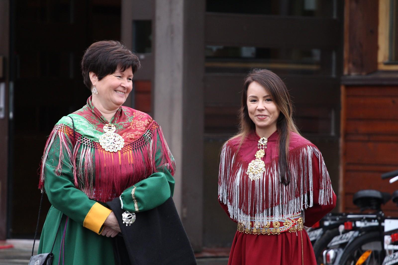 De koftekledde sametingsrepresentantene Elisabeth Erke (Ap) og Sandra Andersen Eira (NSR) venter på de kongelige.