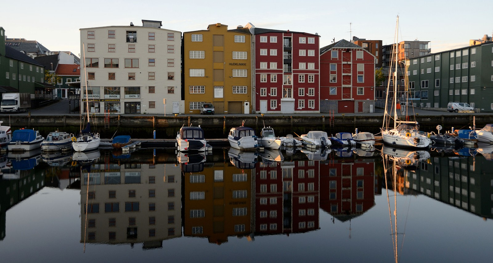 Bryggene speiler seg i Kanalen i Trondheim
