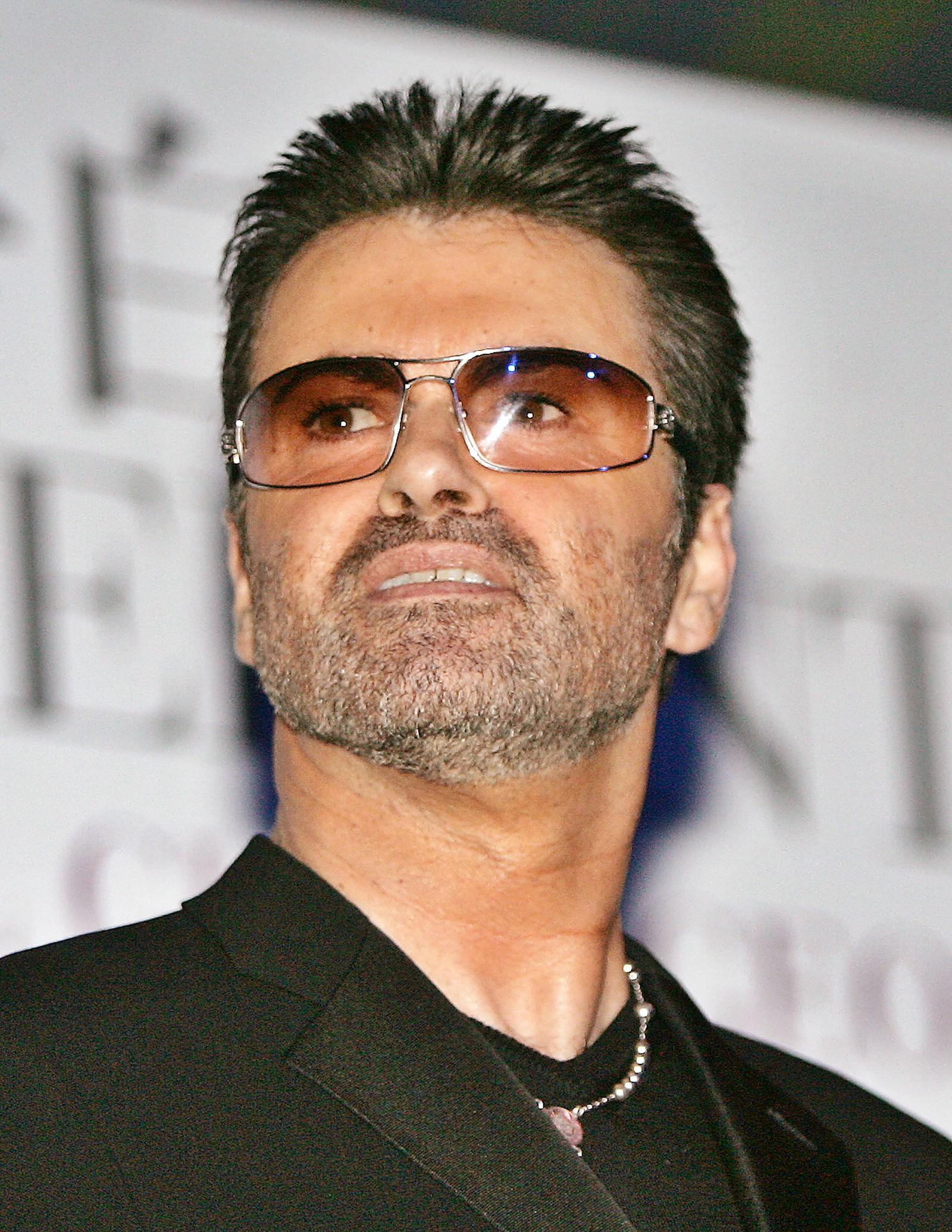 """2005: George Michael på en pressekonferanse under lanseringen av hans selvbiografiske film """"George Michael, A Different Story"""" i Tokyo 15. desember 2005."""