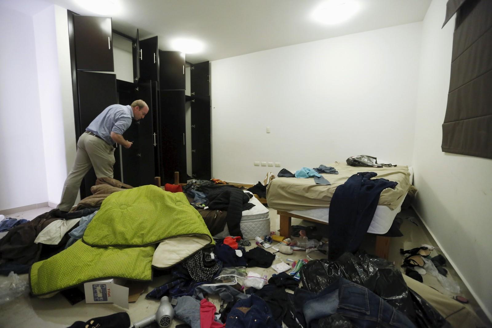 En journalist ser gjennom et av soverommene i huset.