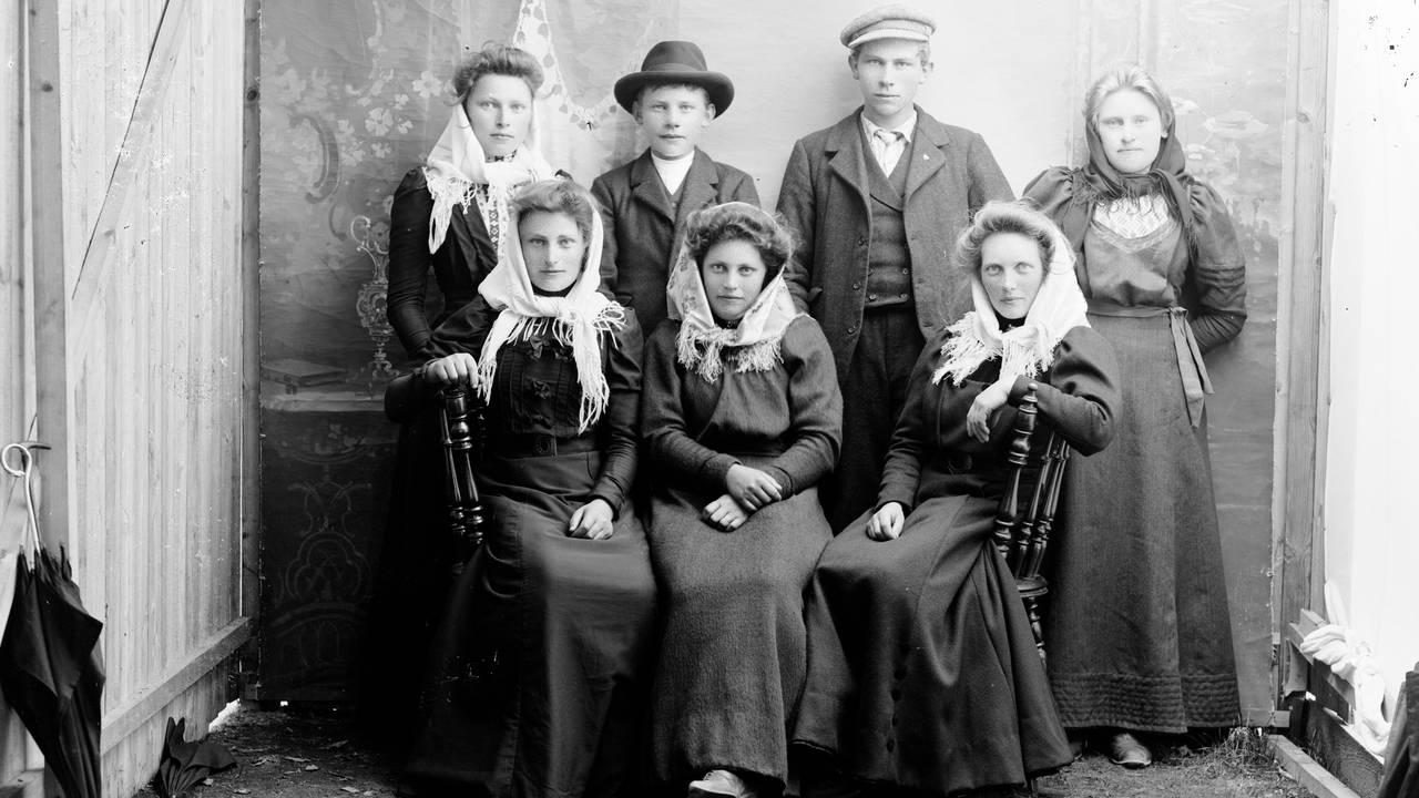 Et gruppebilde av vestlandsungdom fra rundt 1920.