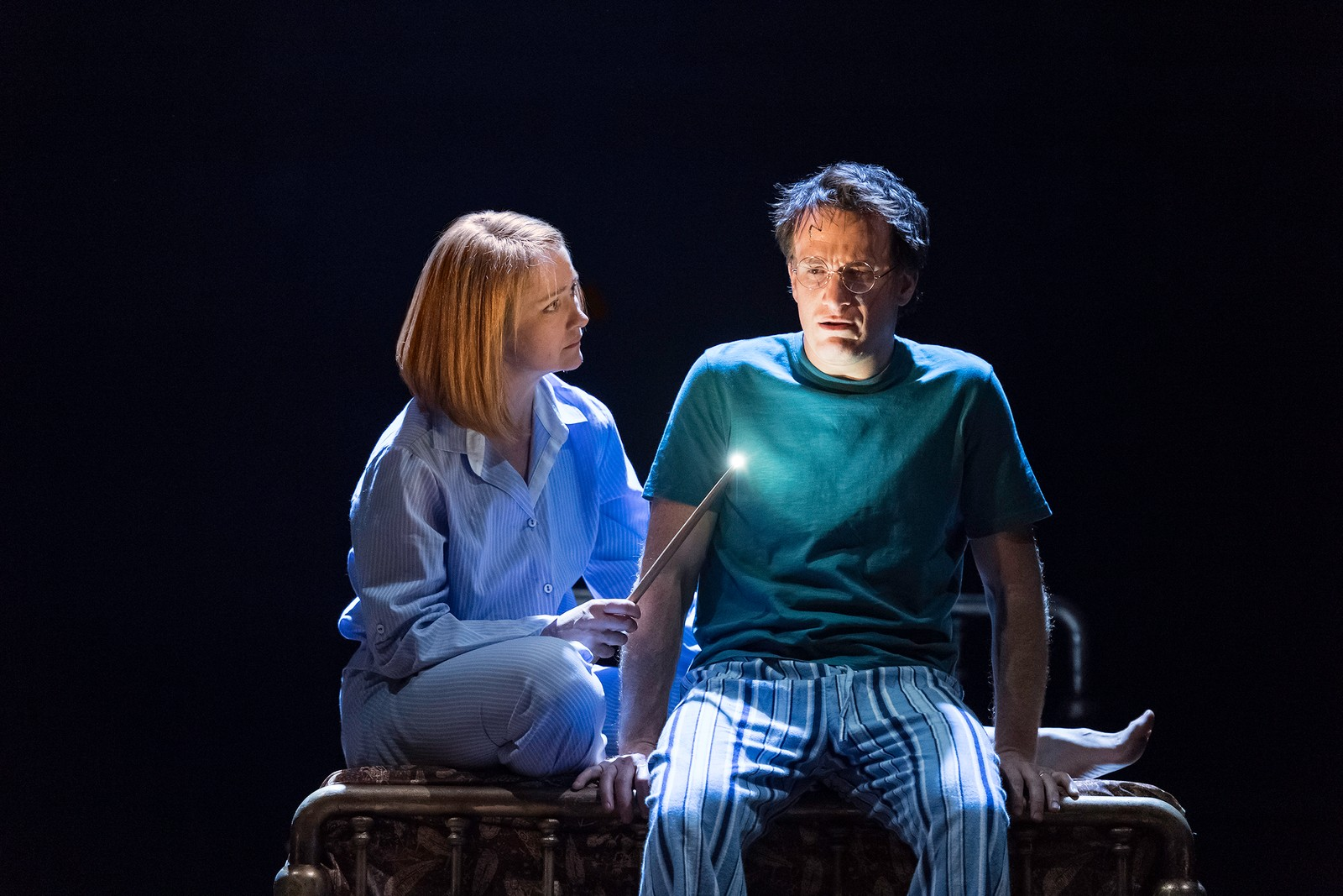 VOKSNE TROLLMENN: I «Harry Potter and the Cursed Child» møter publikum en voksen Harry Potter, spilt av Jamie Parker. Her sammen med Poppy Miller i rollen som Gulla Potter.