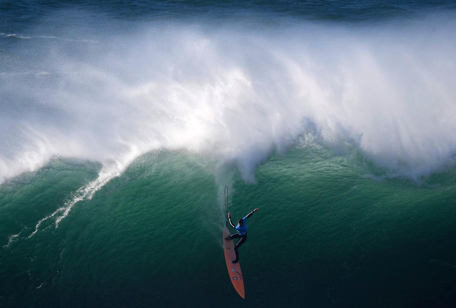Amerikanske Nic Lamb har funnet en fin bølge ved Praia do Norte i Nazaré i Portugal.