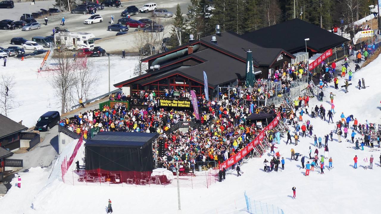 Afterskiområdet på Skistua i alpinanlegget i Hemsedal var fullt av festglade skiturister på ettermiddagen skjærtorsdag 2019.