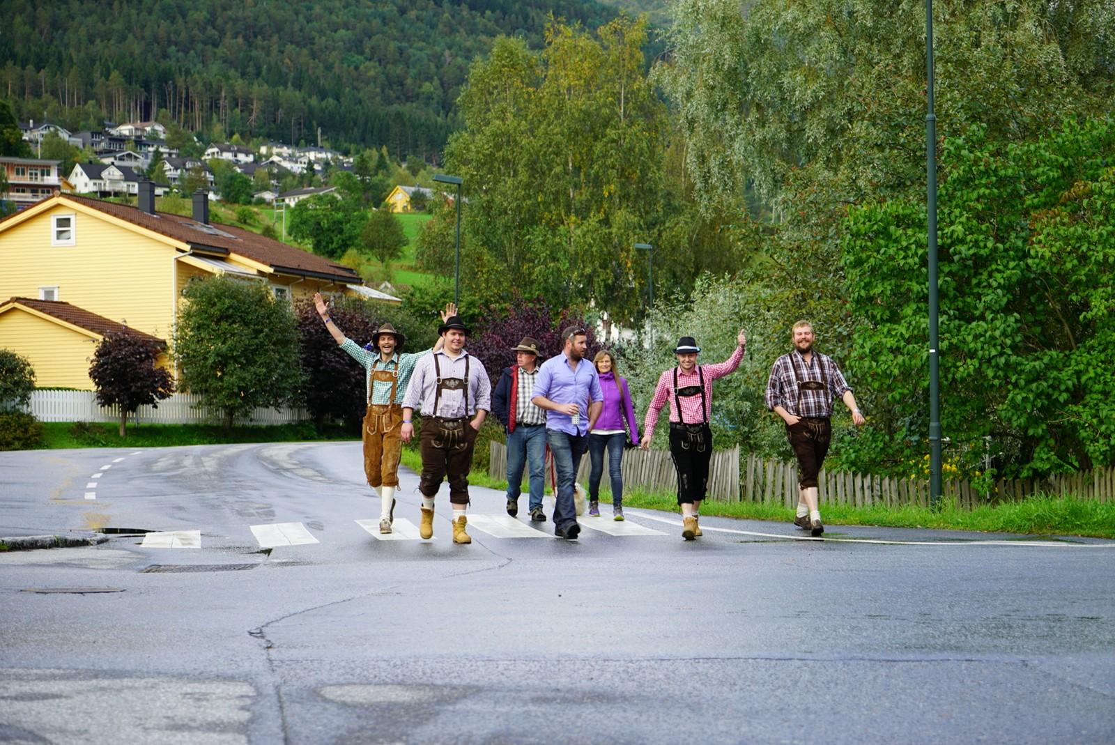 Folk på veg på oktoberfest i Stryn, 2017