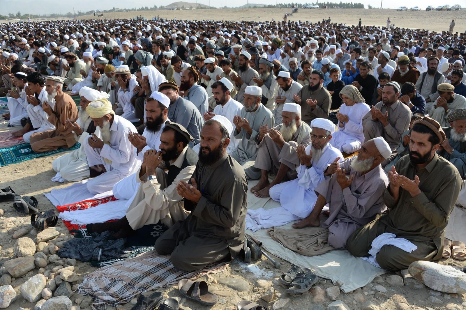 BØNN: Afghanske menn holder Eid al-Adha-bønn som markerer slutten på pilegrimsferden.
