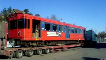 Siste røde T-banevogn fraktes til opphugging