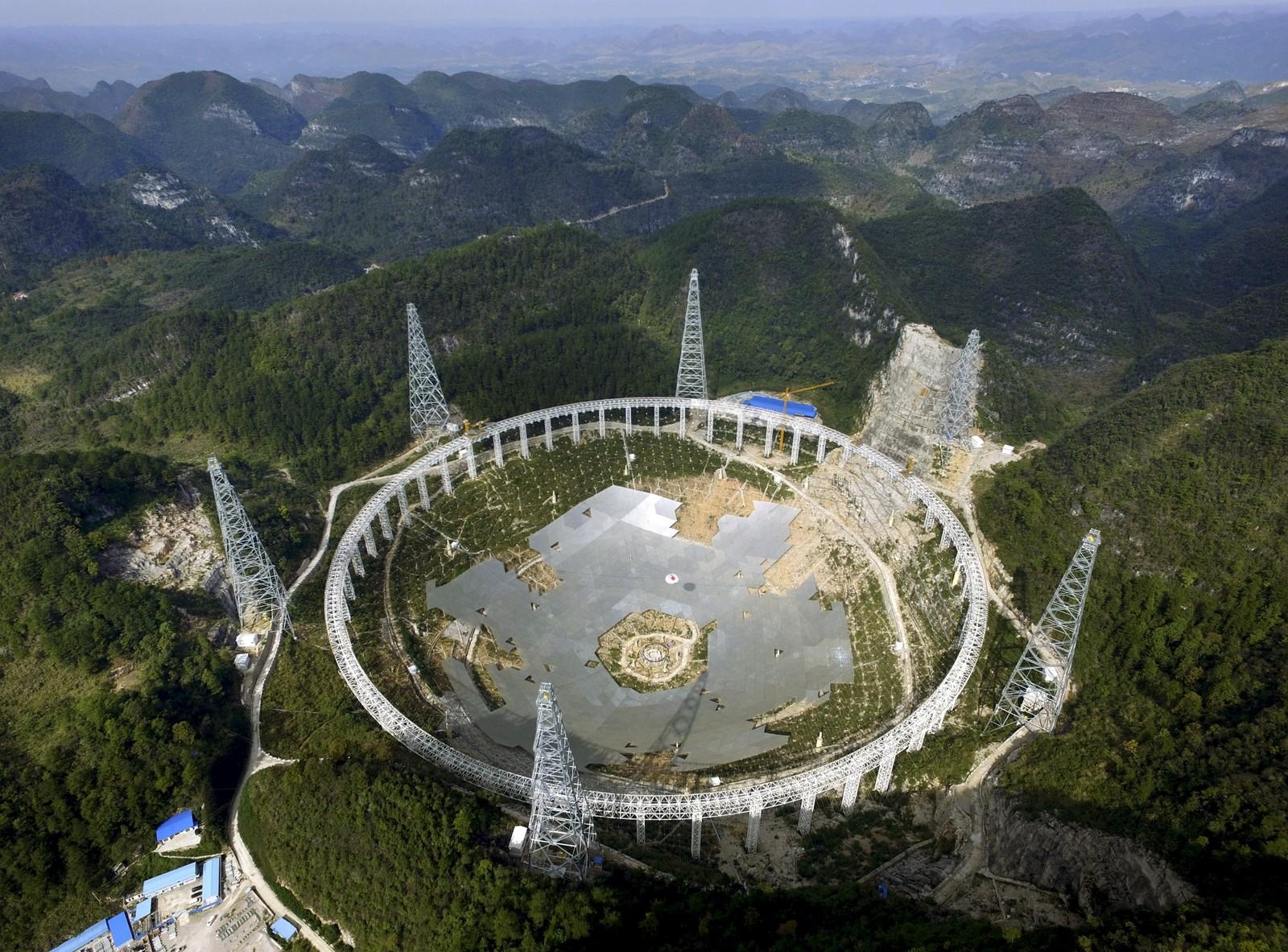 Teleskopet FAST begynner å ta form i fjellene i Guizhou-provinsen i Kina. Med sine 500 meter i diameter blir det verdens største radio-teleskop. Går alt etter planen, blir det ferdig til september neste år. Planen er å bruke teleskopet til å lytte etter om det finnes fremmed liv andre steder i universet.