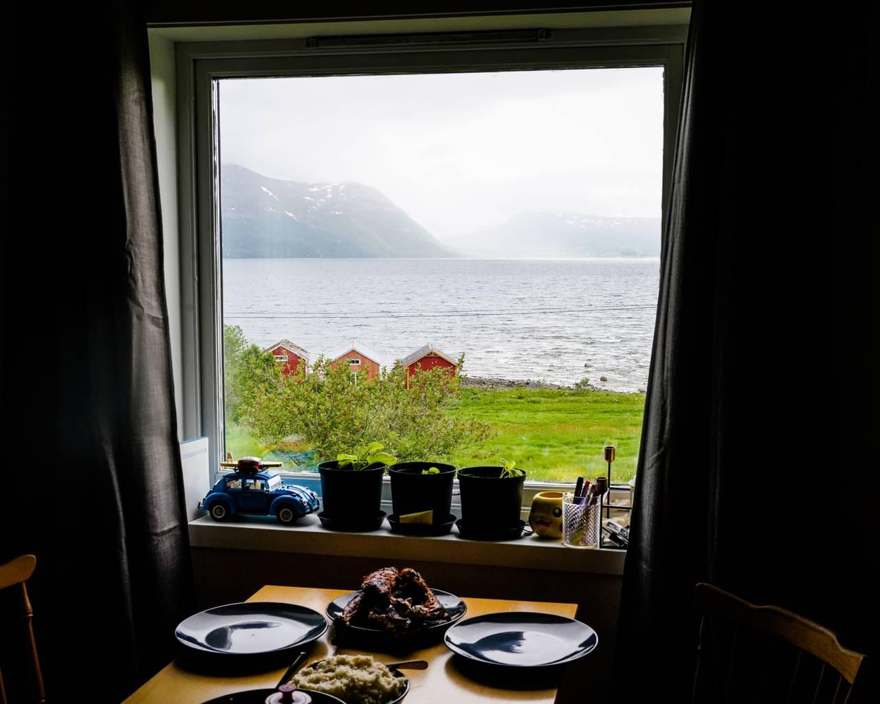 Maten er servert på bordet. Utenfor ser vi utsikten.