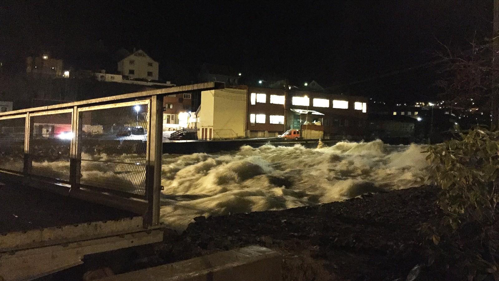 Også i Odda er vassføringa i Opo høg, men dei hadde sin flaumtopp klokka 20.00 søndag kveld. Slik ser det ut måndag morgon. Kommunen sette kriseleiing søndag, men i dag er den opphøyrd som følgje av at situasjonen er under kontroll.
