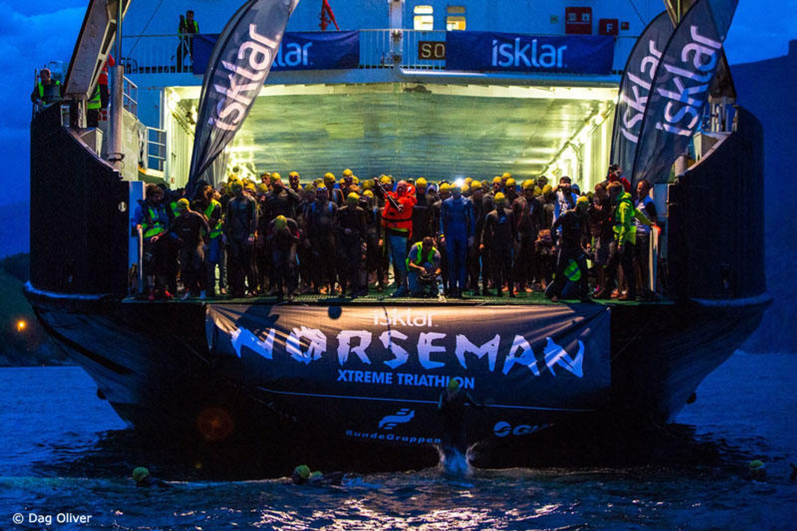 HOPPAR FRÅ FERJE: Deltakarane i Norseman startar symjeetappen med å hoppe frå ei ferje.