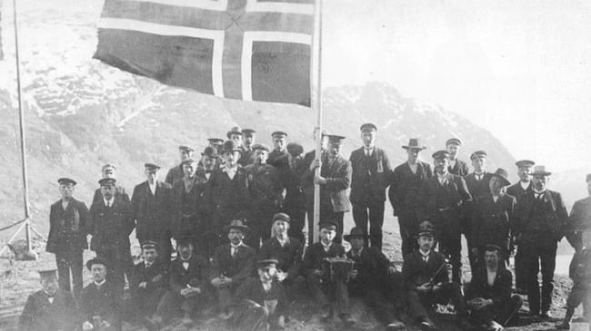1. mai-feiring i Stongfjorden i 1909. Foto frå Sogeskrift for Askvoll kommune.