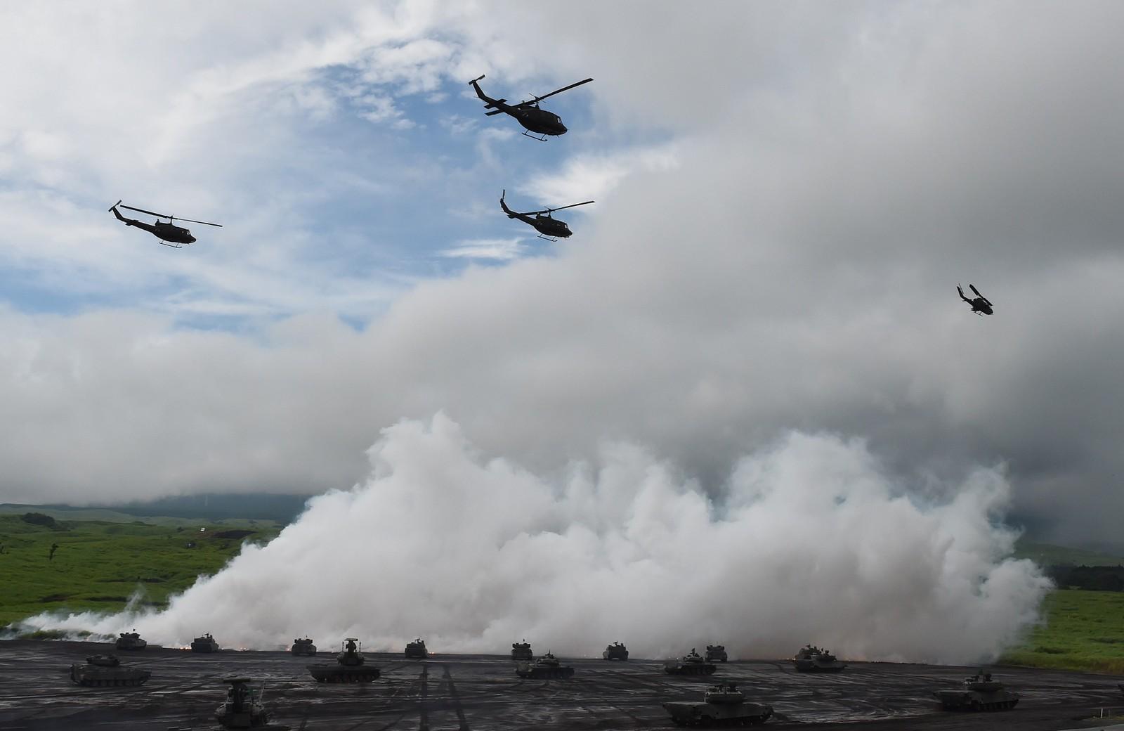 Japanske tanks og helikoptre deltar i en årlig militærøvelse ved foten av fjellet Fuji.