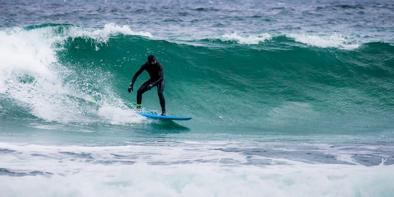 Kronprins Haakon surfer på Alnes på Sunnmøre