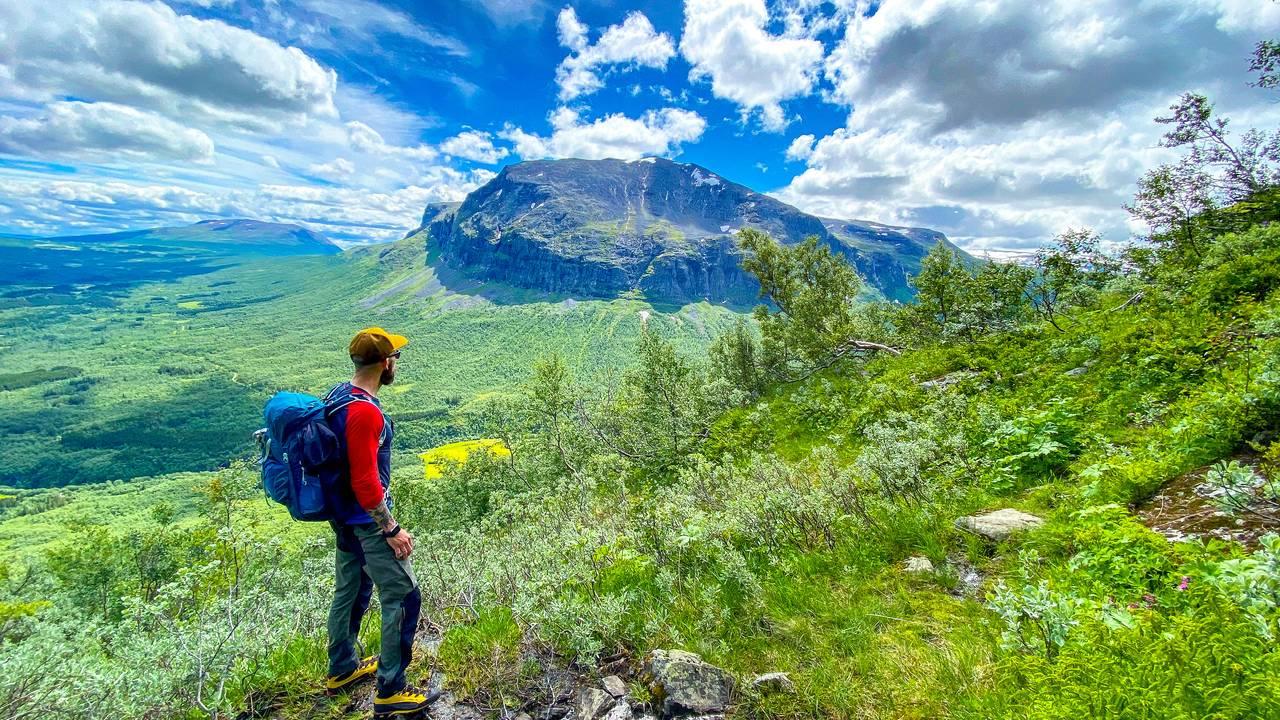 På tur opp Uksestigen med utsikt mot Grindane, Vang i Valdres