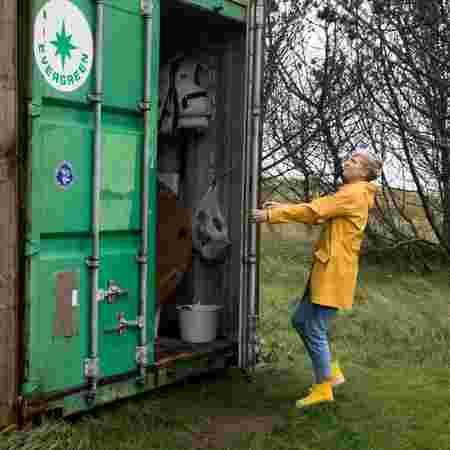 Susanne åpner grønn kontainer.