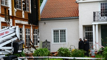 Propanbrenneren til høyre i bildet, og det brannskadde museet til venstre