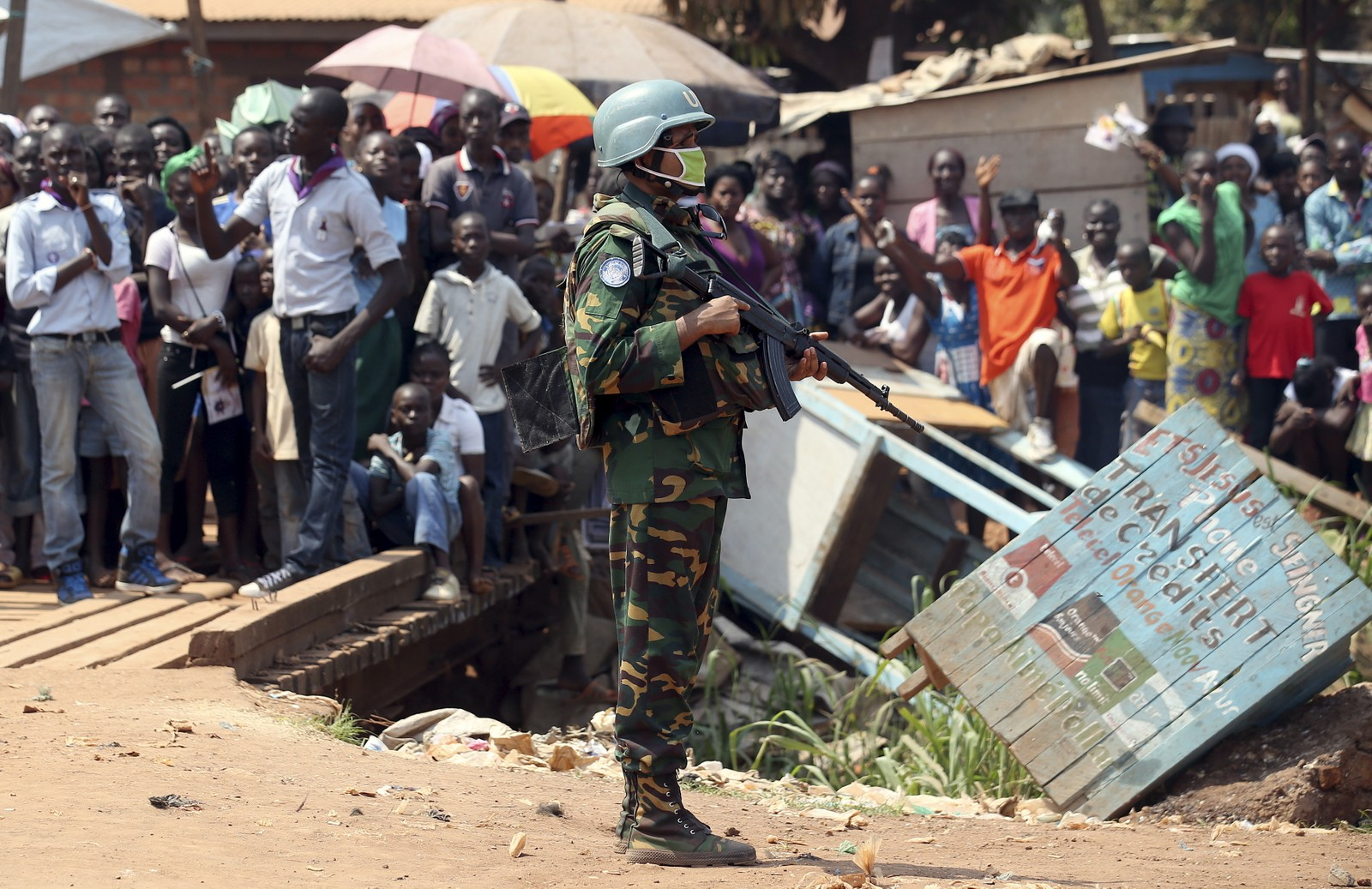 En fredsstyrke på 12 000 soldater er utplassert under FN kommando. 3000 av disse er satt til å vokte paven de 24 timene han er i hovedstaden Bangui.