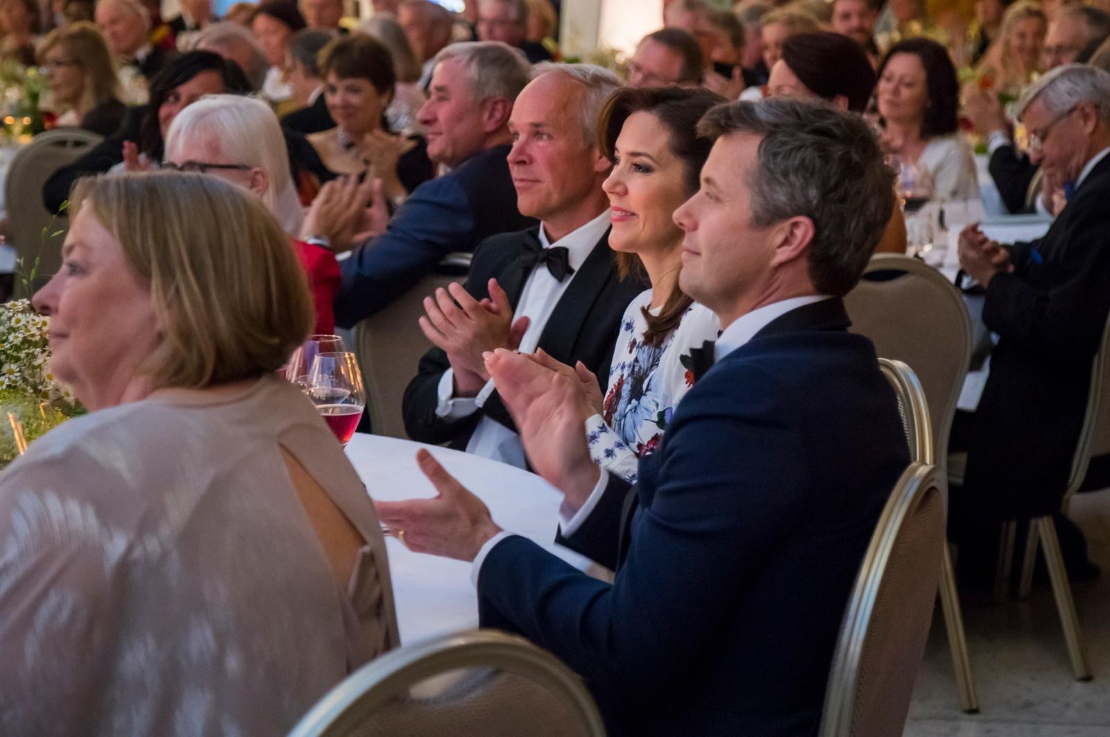Kommunalminister Jan Tore Sanner, kronprinsesse Mary og kronprins Frederik av Danmark under regjeringens festmiddag for kongeparet i Operaen i anledning deres 80-årsfeiring.