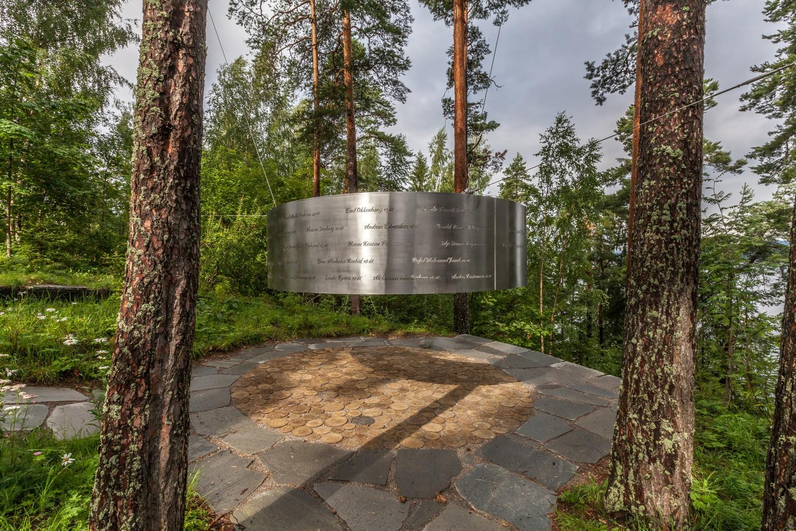 Minnesmerket er plassert mellom furutrær i et område der ingen ble drept.