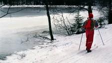 Det er stor variasjon på kor trygg isen er på forskjellige vatn. På vatn større enn 100 meter er isen svært tynn seier isekspert, Ånund Kvambekk i NVE.