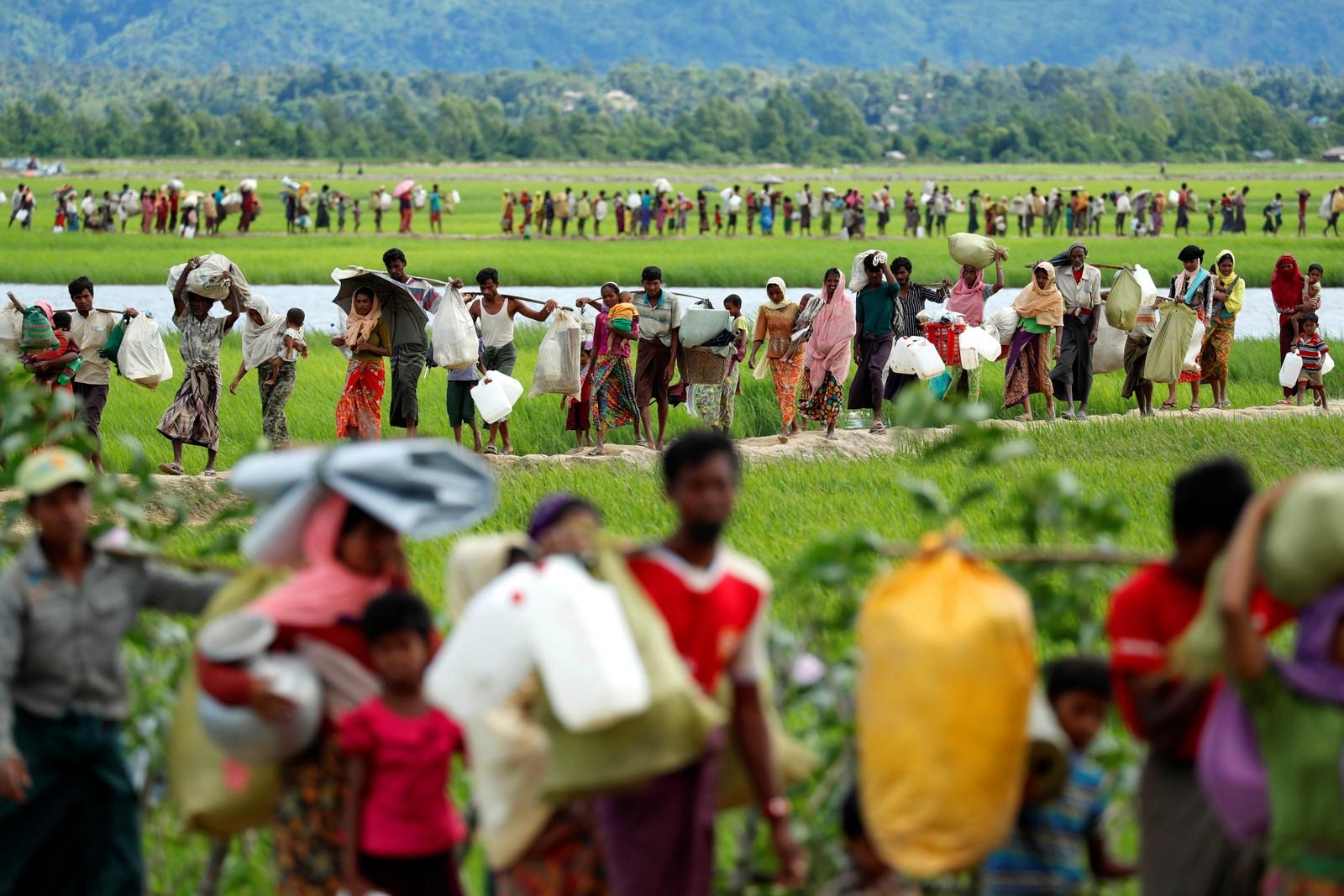 Rohingya-flyktninger på vei til en leir i Palang Khali i Bangladesh.
