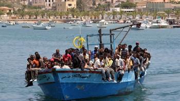 Båtflyktninger på vei til Lampedusa