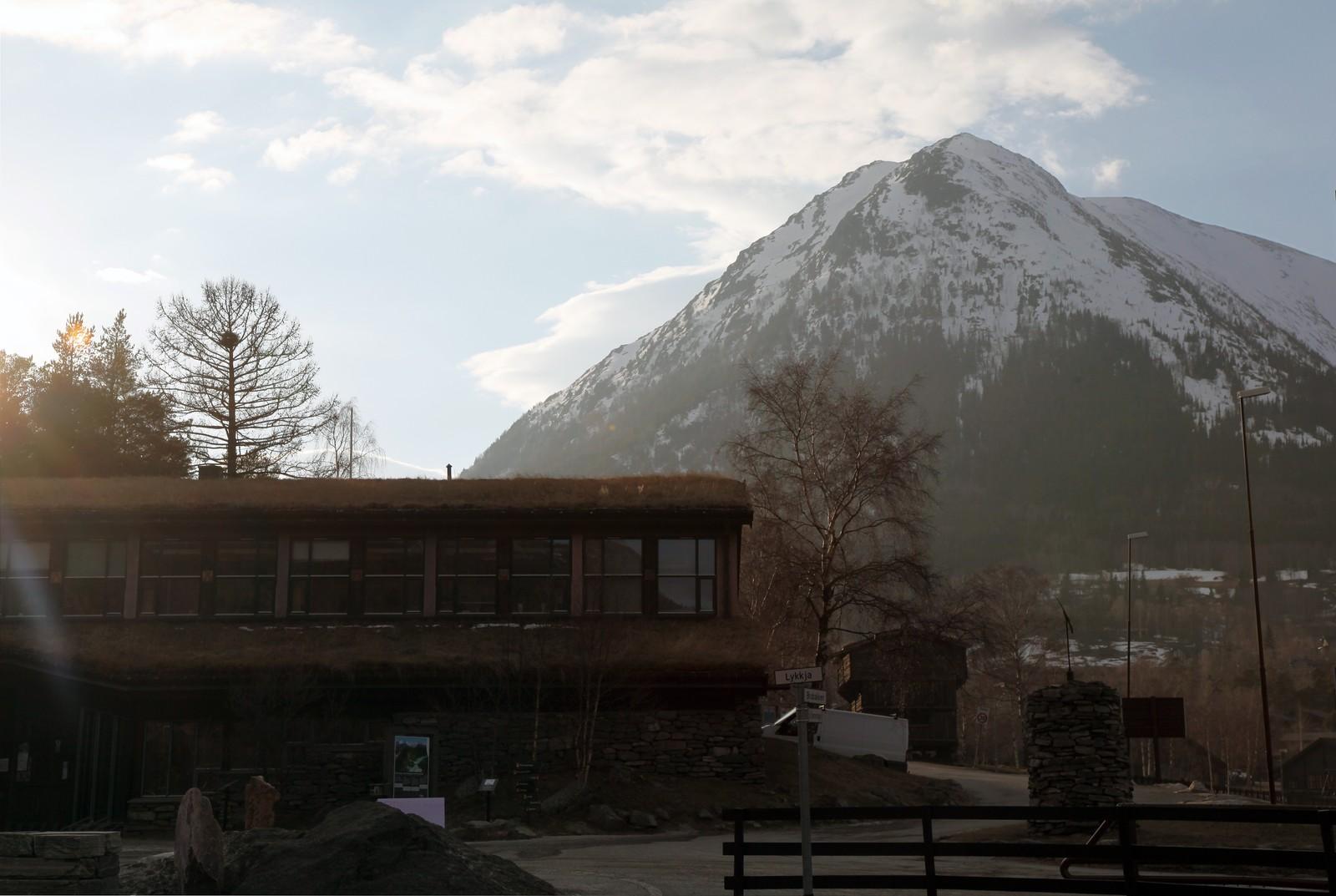 Et av drapsåstedene i bygdekrimmen fra Lom ligger ved foten av fjellmassivet Lomseggen på over 2000 m.oh.