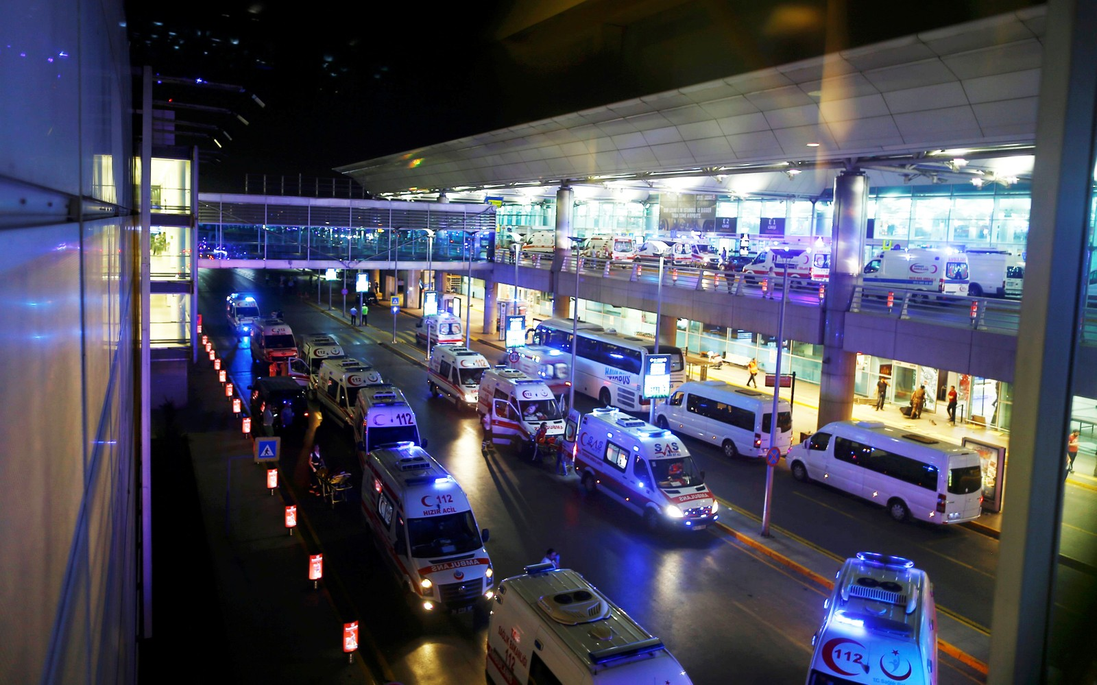Ambulanser utenfor inngangen på Istanbul Ataturk flyplass