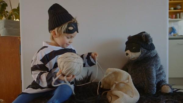 Vemund skal i svømmehallen med mamma, men hva kan han finne på mens han venter på at hun gjør seg klar?Norsk dramaserie.