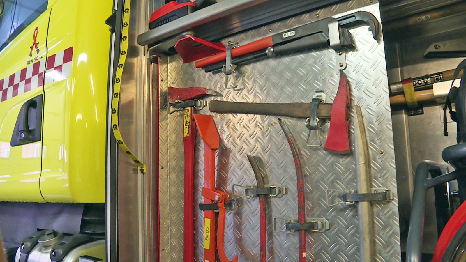 Vanligvis brukes ulike typer brekkjern og øks til å skaffe brannvesenet adkomst til brennende hus.
