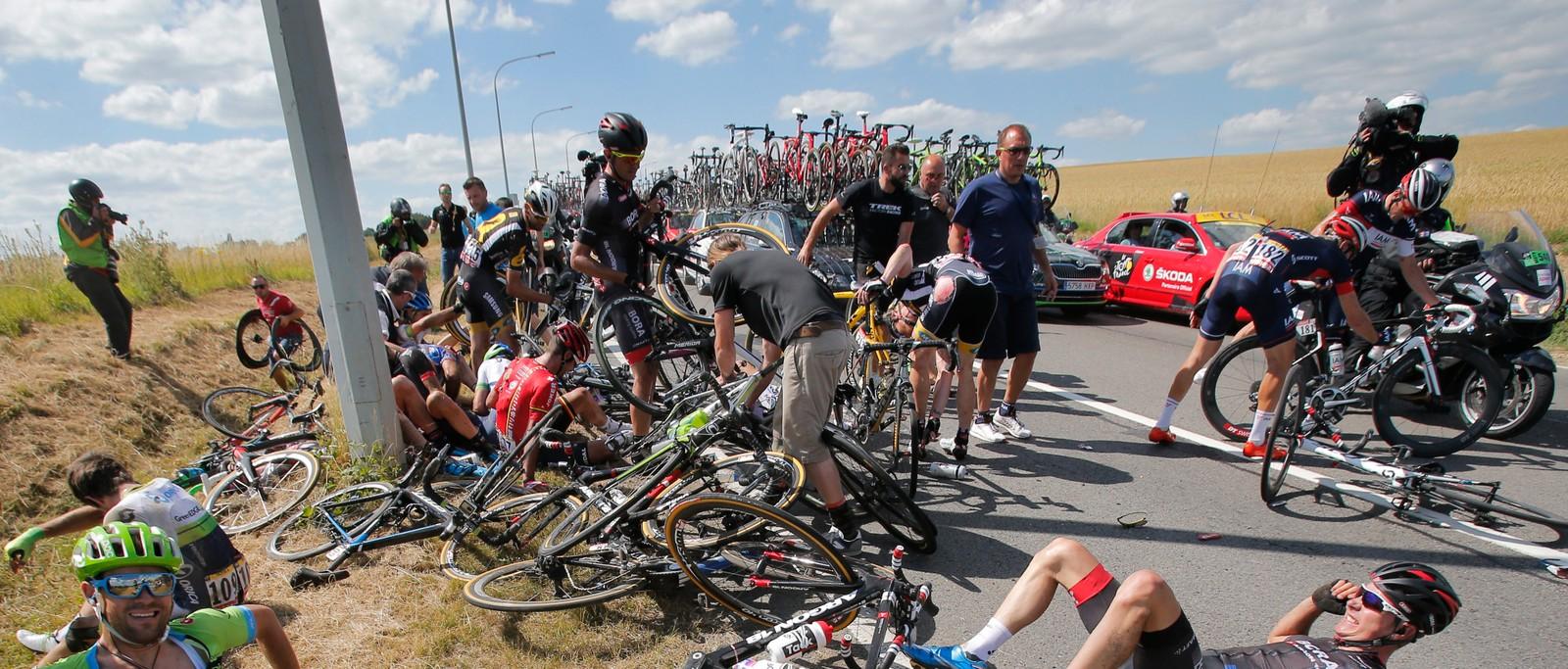 På den tredje etappen ble det helkræsj da flere ryttere dundret inn i denne lyktestolpen. (AP Photo/Christophe Ena)