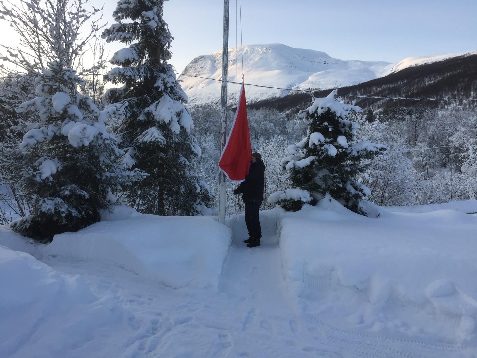 Vaktmesteren i Manndalen i Kåfjord måtte heise det samiske flagget alene, muligens fordi den store dagen blir arrangert på en lørdag?